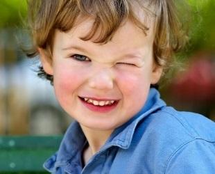 Blinzelt dein Kind oft mit den Augen? Wir zerlegen die Gründe